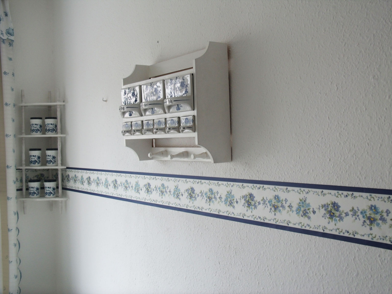 bord re tapeten borte violette blumen bl ten selbstklebend 4 00 1m k che wand ebay. Black Bedroom Furniture Sets. Home Design Ideas