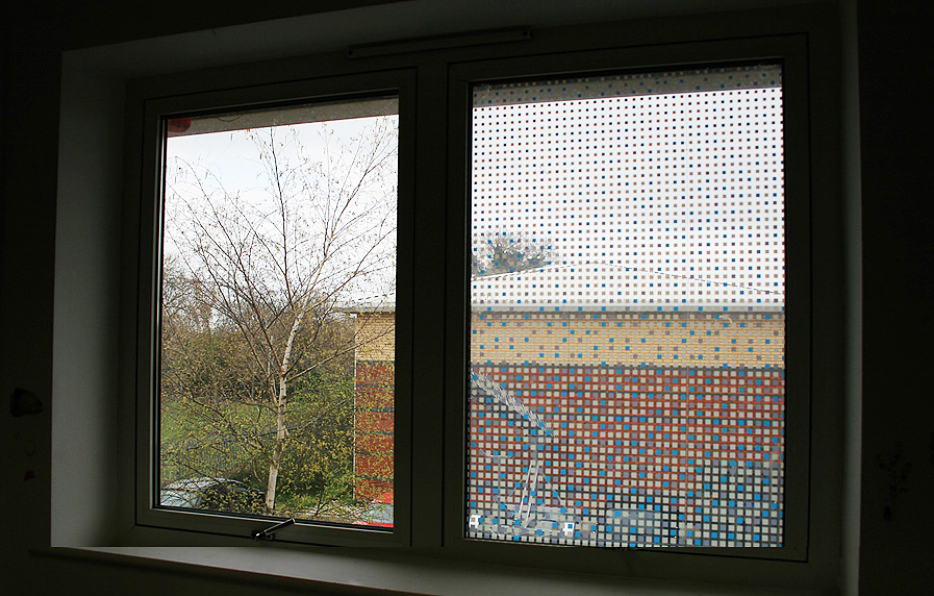 Fensterfolie selbstklebend farbige quadrate www 4 for Selbstklebende dekorfolie